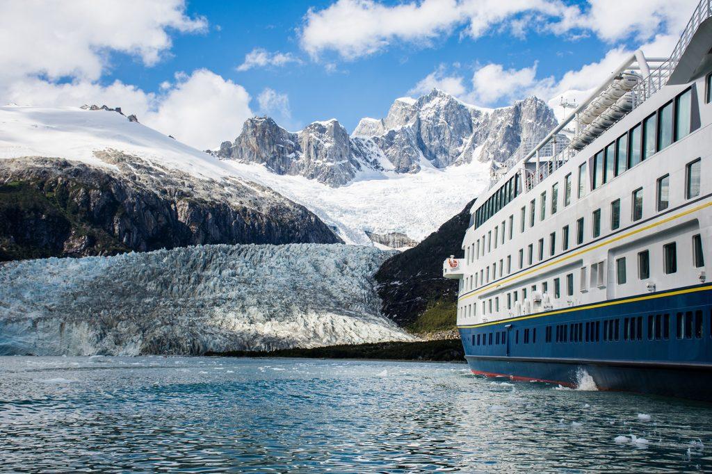 Crucero Australis frente al glaciar Pia
