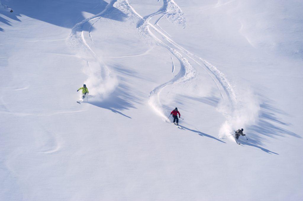 Personas esquiando.