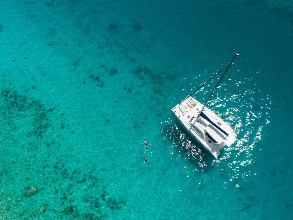 Yate en aguas tropicales del Caribe
