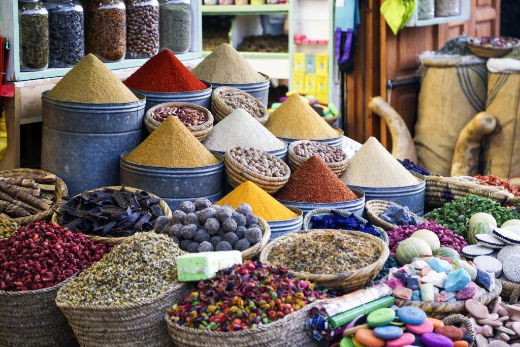 Coloridas especias orientales en un mercado indio