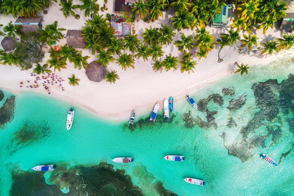 Playa de Republica Dominicana desde el aire.