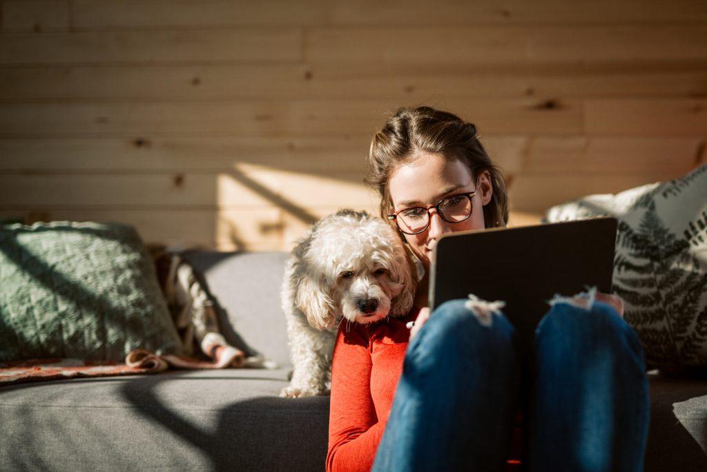 Mujer con su perro y tablet